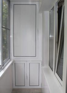 Шкаф на балкон с раздвижными и распашными дверцами